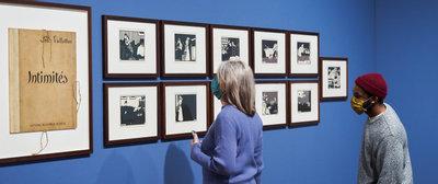 Twee bezoekers in de tentoonstelling Ongekend bij de prentenserie Intimités van Félix Vallotton. Foto: Tomek Dersu Aaron