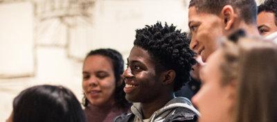 Lachende jongeren in het museum. Foto: Pepijn Nuiten