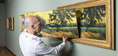 Een Museum Edition naast het originele schilderij van Van Gogh