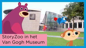 Thumbnail voor de videoreeks StoryZoo op avontuur in het Van Gogh Museum. Bax, Pepper en Toby voor het museum op Museumplein
