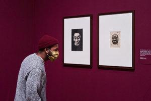 Een bezoeker in de tentoonstelling Ongekend, foto: Tomek Dersu Aaron